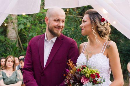 Noivos de traje bordô: como investir em um look nessa tonalidade
