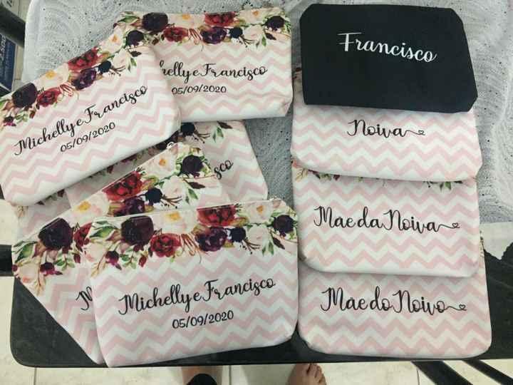 Essas são todas na frente tem o nome de cada uma e atras tem nossos nome e a data do casamento!