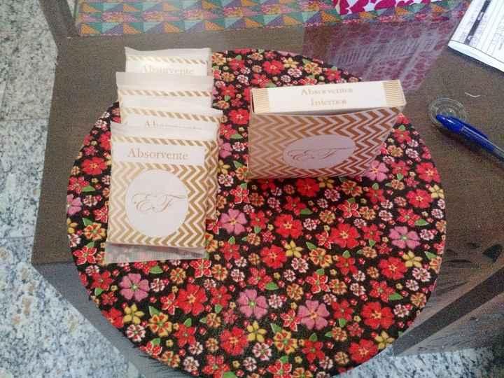 Absorventes em papel adesivo e caixinha para absorvente interno