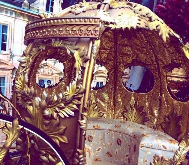 na entrada havia uma carruagem dourada e brilhante com cocheiros, que conduziam o convidado até os p