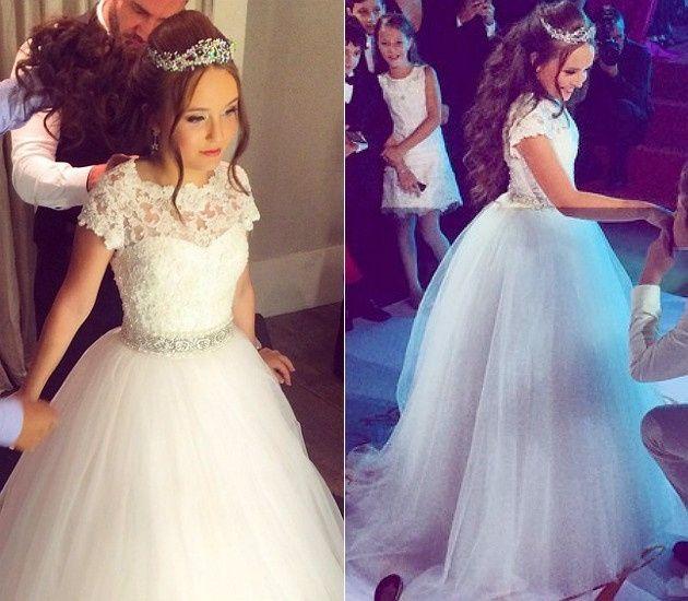 O segundo, longo, rodado e todo branco, foi usado durante a valsa. Supeeer princesa!