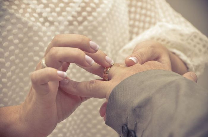 Sabe por que se usa a aliança no dedo anelar da mão esquerda? 1