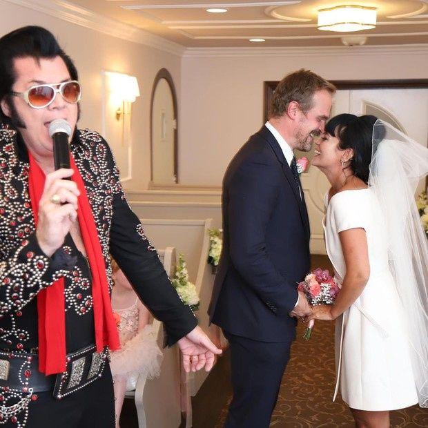 De vestido mídi, Lily Allen se casa com David Harbor 1