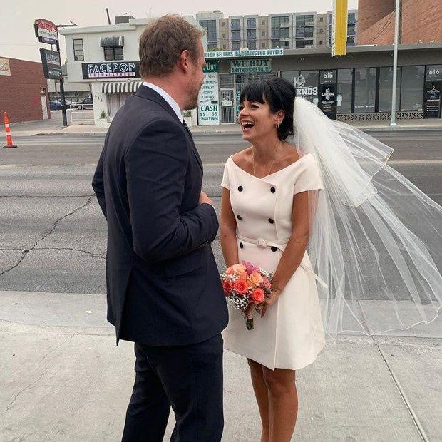 De vestido mídi, Lily Allen se casa com David Harbor 2