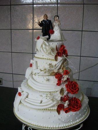 Bolo de Casamento com detalhes vermelho 3