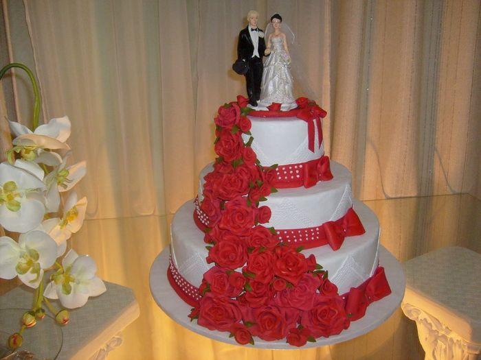 Bolo de Casamento com detalhes vermelho 6