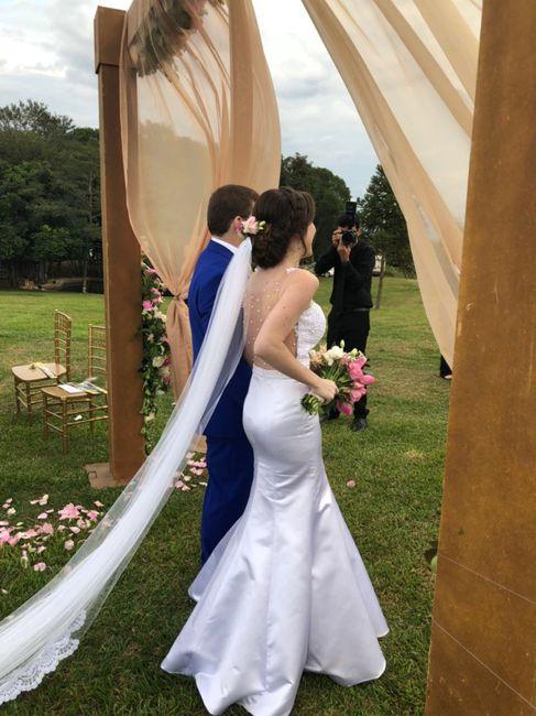 Noiva com coroa de flores e véu 8