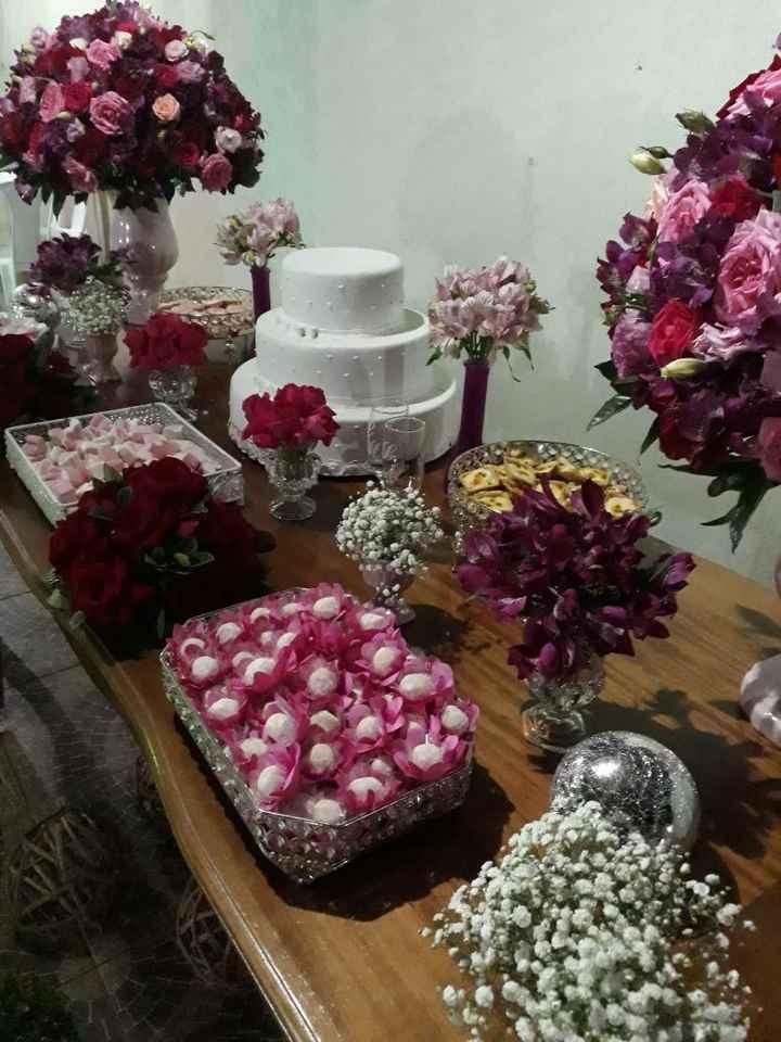 A mesa do bolo com os doces