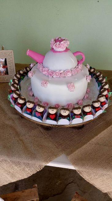 bolo fake e docinhos de santo antonio.