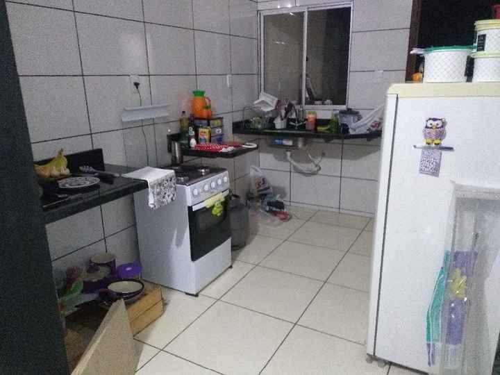 Bagunça da cozinha nos dias de mudança (agora tá pior rsrs) fiz duas prateleiras debaixo da banca -