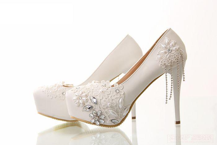 620864928 Sapato de noiva customizado: pérolas, rendas e strass! 💎 4