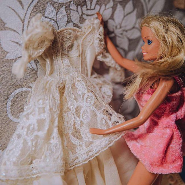 Quarentena criativa: fotógrafa faz 'casamento' de bonecos da Barbie 👰🤵 3