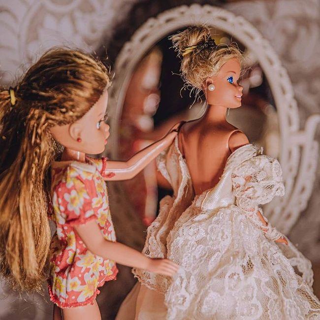 Quarentena criativa: fotógrafa faz 'casamento' de bonecos da Barbie 👰🤵 5