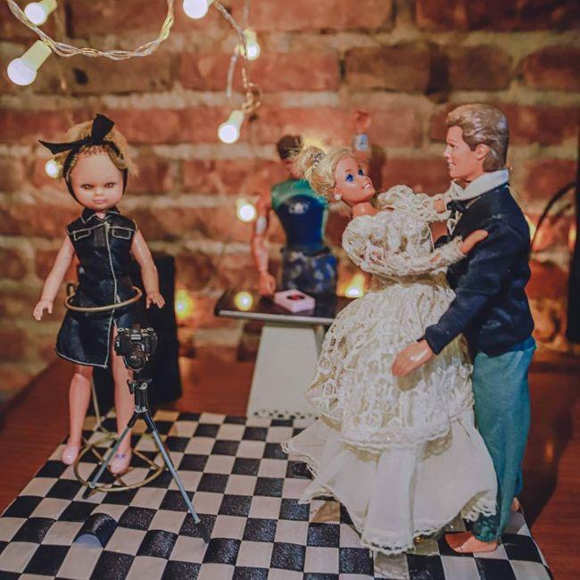 Quarentena criativa: fotógrafa faz 'casamento' de bonecos da Barbie 👰🤵 11