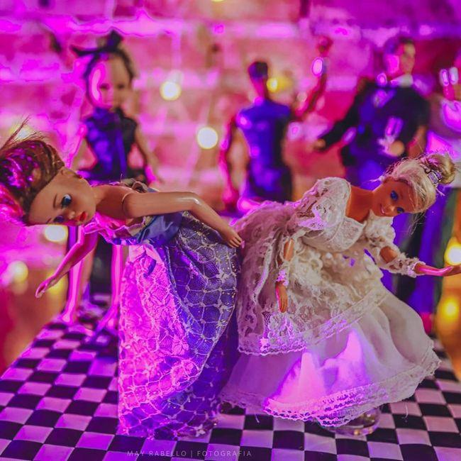 Quarentena criativa: fotógrafa faz 'casamento' de bonecos da Barbie 👰🤵 12