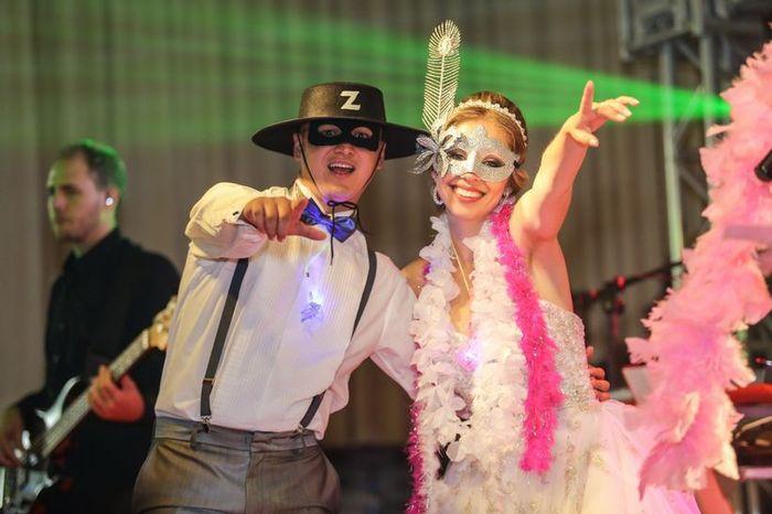 Usar plaquinhas e acessórios na pista de dança: é COOL 👍 ou é OLD 👎? 1