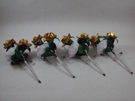 Lapela: rosas dourada, cravo branco