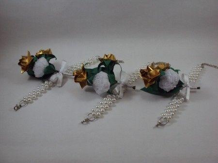 Corsage: rosas dourada, cravo branco