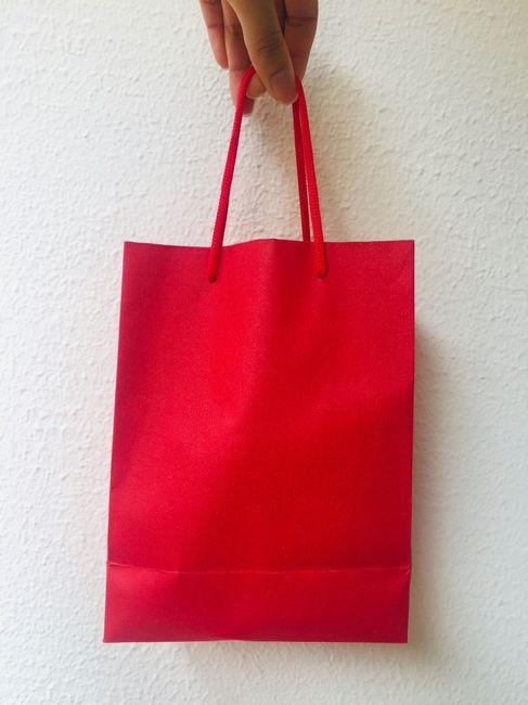 """- Compramos na 25 de Março uma sacolinha vermelha feita de um tipo de """"papel"""" mais grosso, lisa e si"""