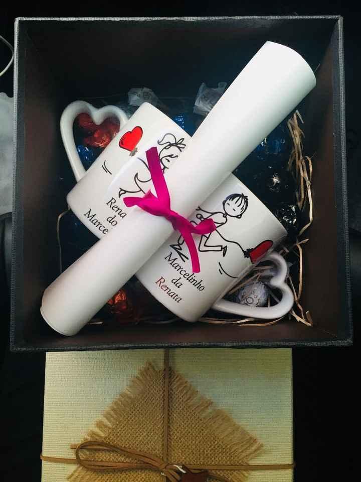 Montamos uma caixa com: Bombons, um par de canecas personalizadas e um convite por escrito com uma f