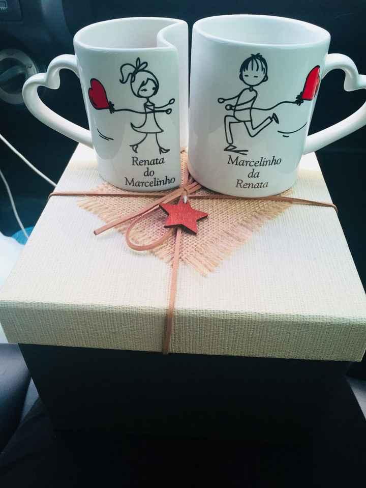 Detalhes da caixa e do par de canecas/xícaras personalizadas e que se encaixam :)