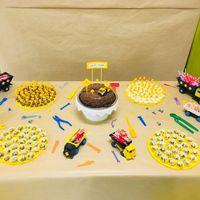 Mesa do bolo com caminhões e ferramentinhas