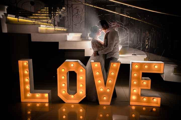 Letreiro LOVE iluminado