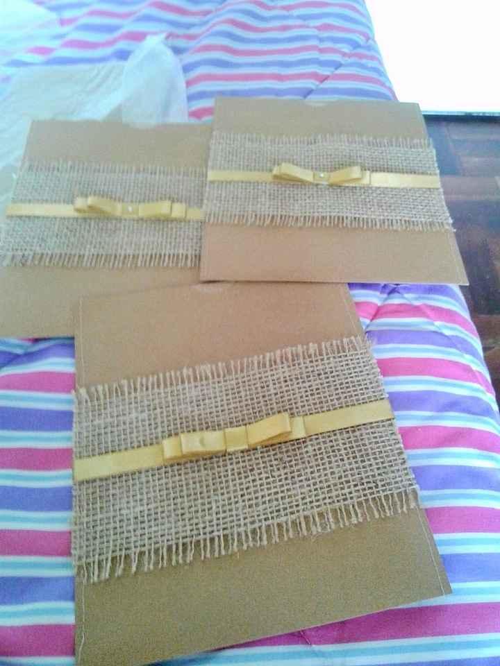 O envelope do convite em papel craft e juta