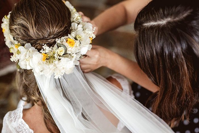 Noiva com coroa de flores e véu 3