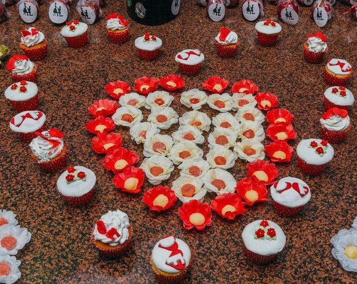 cupcakes de doce de leite e docinhos em detalhe