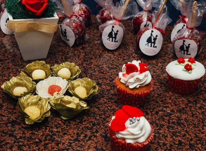 detalhes dos cupcakes, maçãs do amor e outros docinhos
