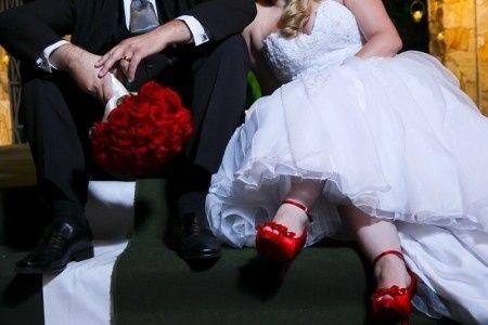 982fbd071 Noivinhas o que acham de combinar o buquê com o sapato ou sandália?