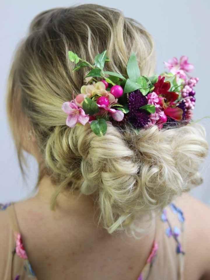 Uma noiva com flores no cabelo não quer guerra com ninguém: escolha como usá-las! 🌸 - 1