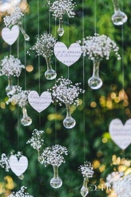 cortina de corações e garrafinhas de vidro com flores