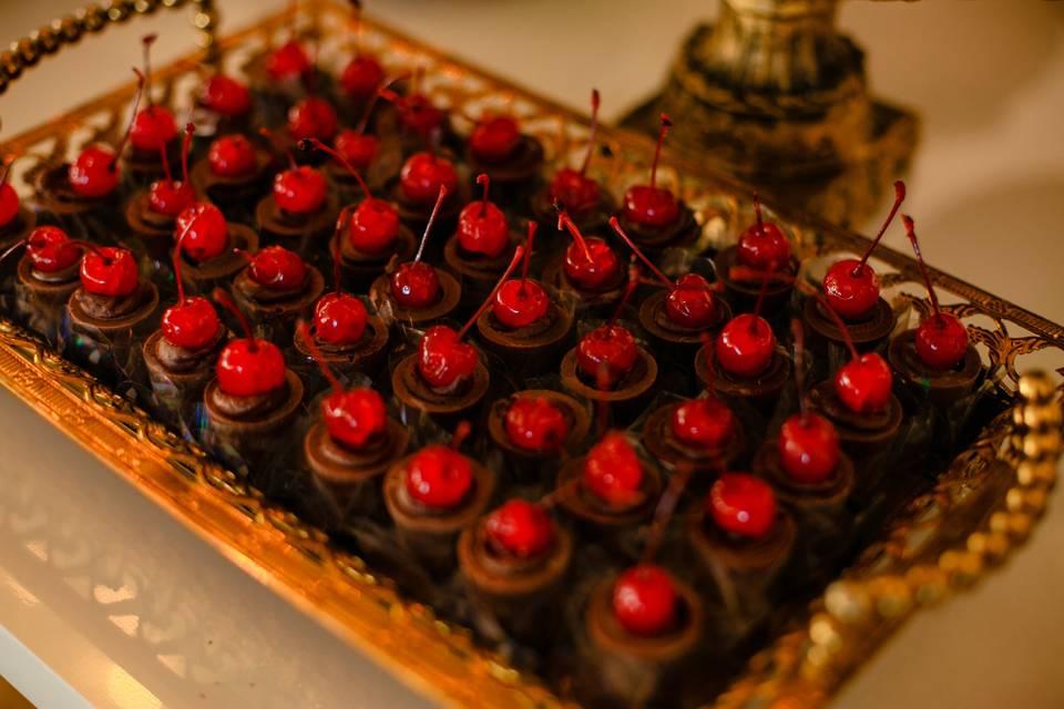 Copinhos de chocolate e cereja