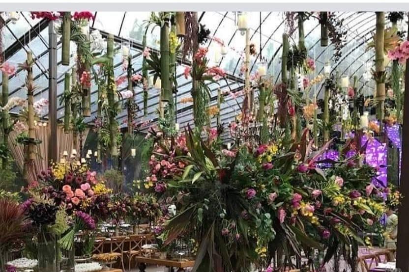 Vasos de flores em cima de uma mesa
