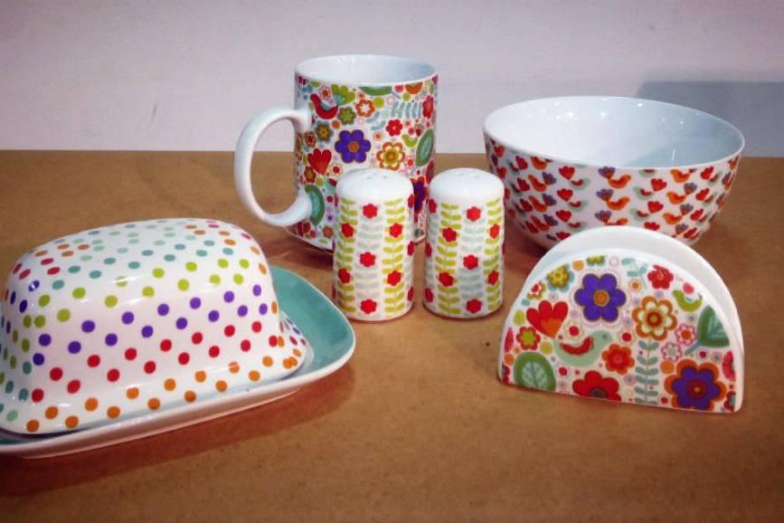 Peças em cerâmica coloridas