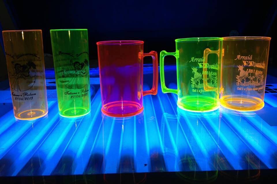 Cor neon brilha na luz negra