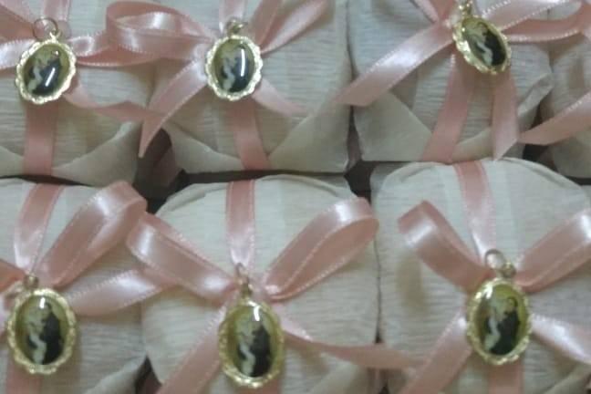Crepom branco e fita rosa