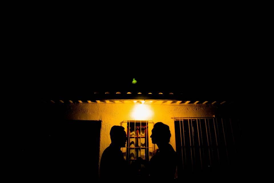 Noivos em contra-luz