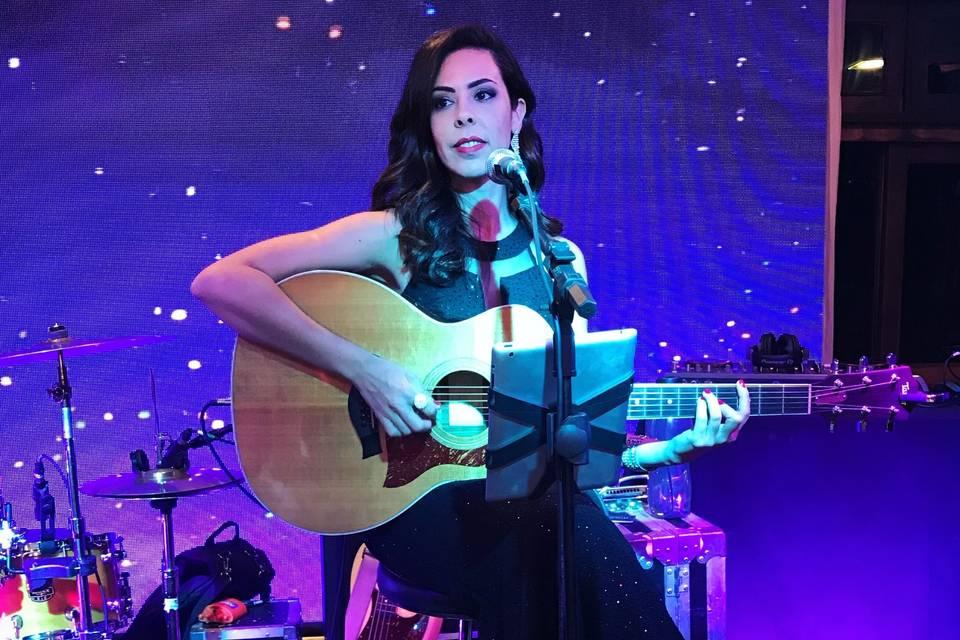 Monica Bezerra - Voz e Violão