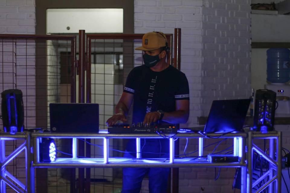 Vando dj, iluminação e sonorização