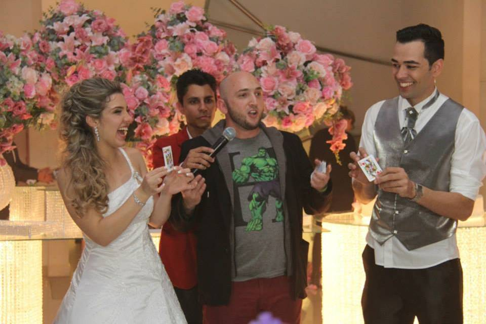 Mágica com os noivos.