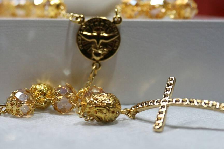 Terço dourado e cristais