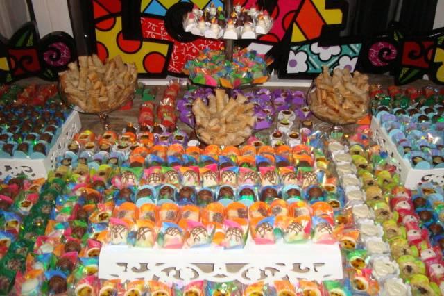 Mesa de doces finos e comuns